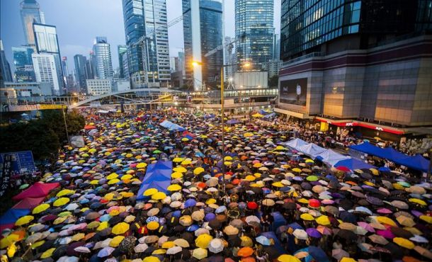 Hong Kong witnesses the Umbrella Revolution. EFE/Alex Hofford. Courtesy of La Prensa.